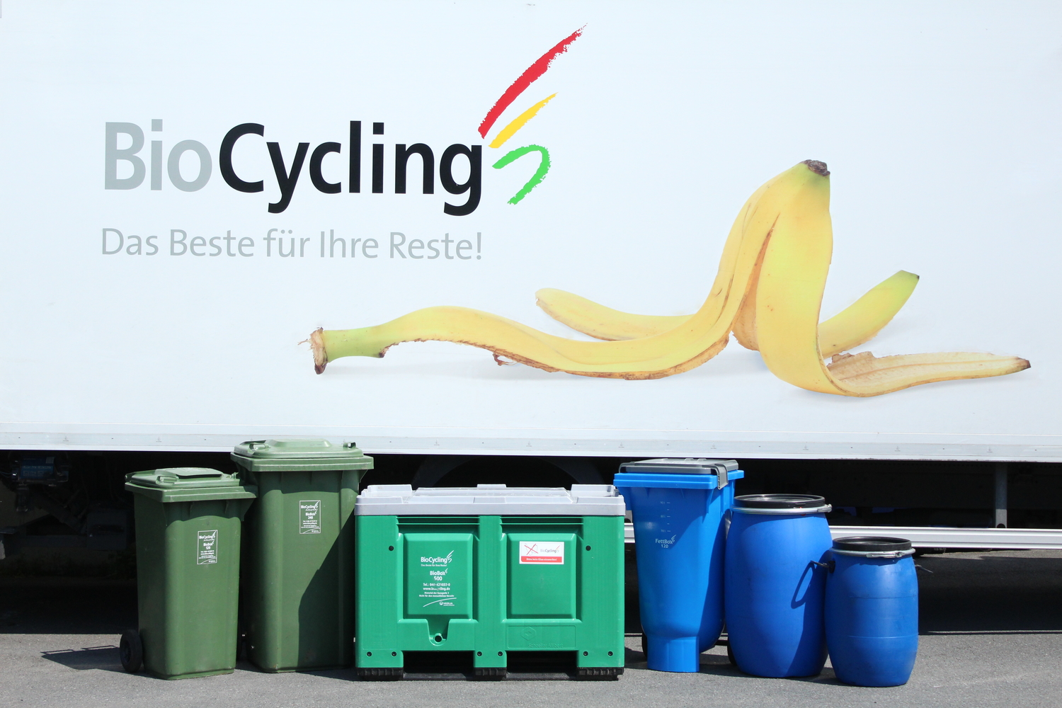 biocycling_behaelter_vor_lkw